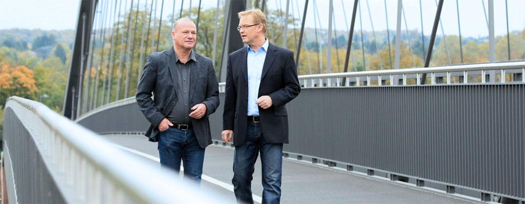 Doppelportrait, Gesprächssituation auf Brücke, Berater und Coach in Frankfurt a.M., people_outdoor_gespraech_foto_01_frankfurt_klewar-photographie