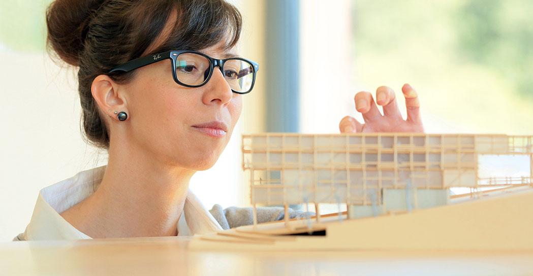 Portrait, Arbeitssituation mit Architekturmodell. Portrait Marion Daum-Klipstein, Architektin / Architektur-Büro in Bad König, Odenwaldkreis, portrait_foto_architektin_01_klewar-photographie