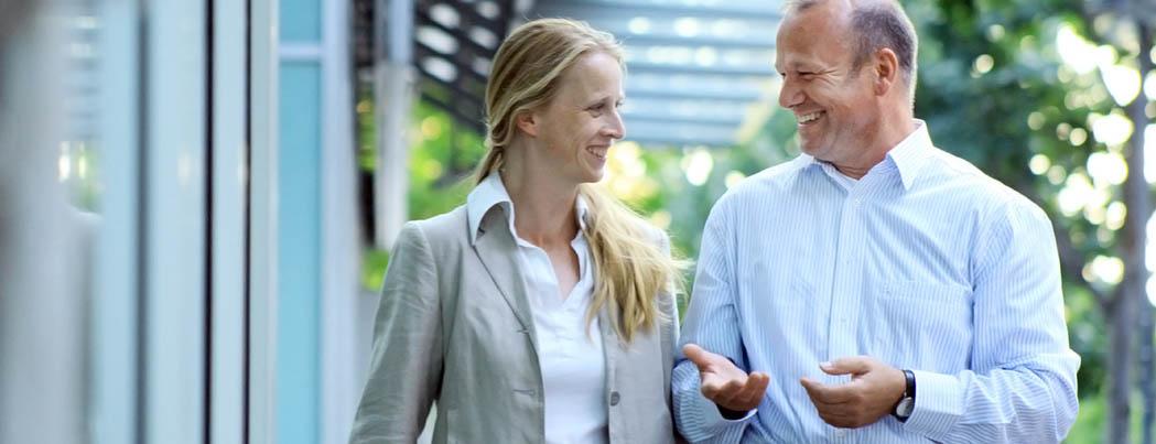 Gruppenbild, Teamfoto, Doppelportrait; Foto Gesprächssituation, Trainer, Coach im Gespräch, Kundin,