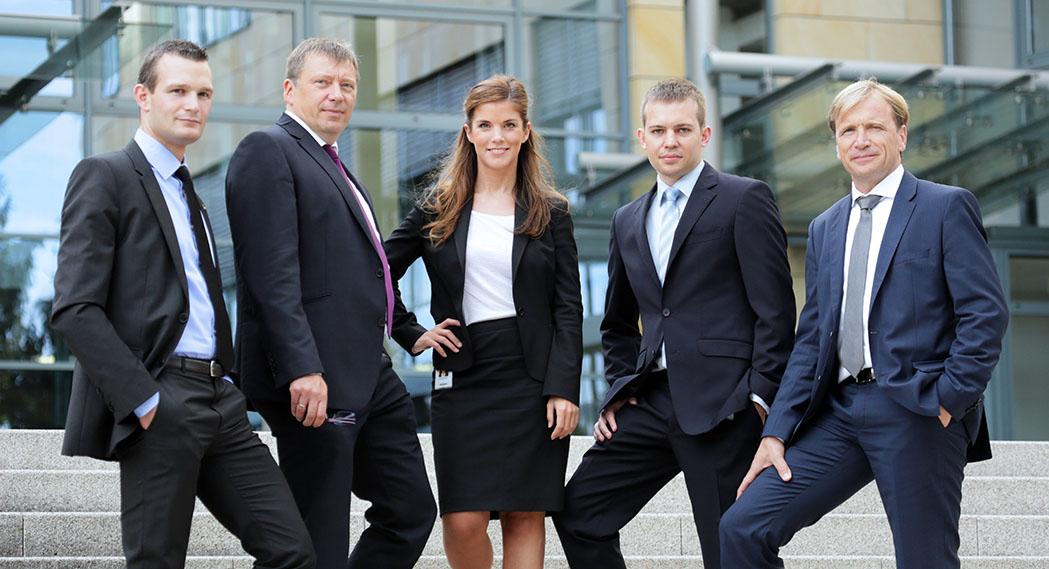 Teamfoto, Gruppenbild mit Mitarbeiter*innen für CGI Germany, portrait_people_team_foto_01_frankfurt_klewar-photographie