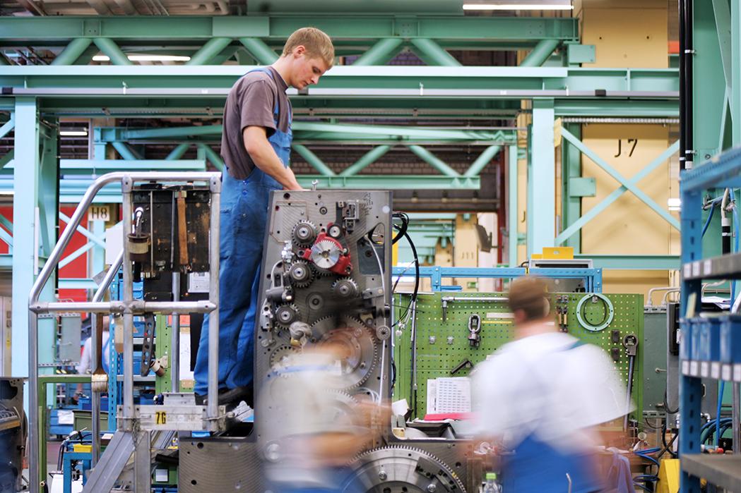 Industrie, Produktion Druckmaschinen. Mechatroniker montieren eine Druckmaschine, reportage_foto_frankfurt_industrie_montage_01_klewar-photographie