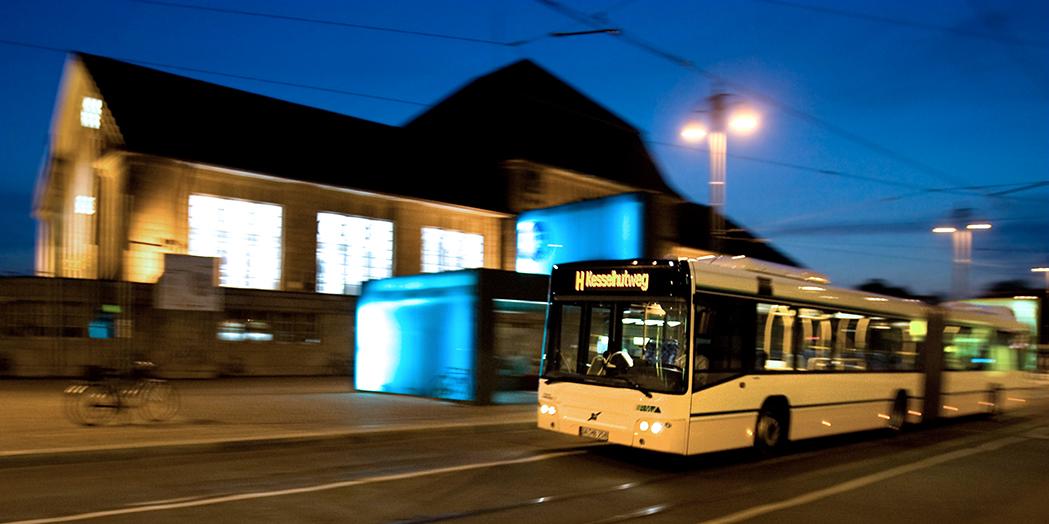 ÖPNV, Verkehr, Bus, Abend, Nacht, Darmstadt, Bus in Bewegung, Hauptbahnhof Darmstadt, abendliche Beleuchtung