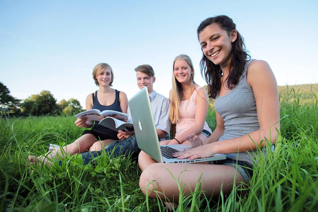 Junge Menschen in Ausbildung und Beruf, Schülerinnen und Schüler lernen zusammen auf einer Wiese. people_ausbildung_beruf_01_frankfurt_klewar-photographie_0148