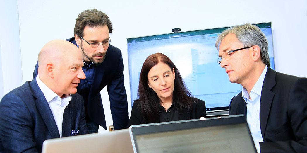 Gruppenbild, Teamfoto, Doppelportrait; Foto Gesprächssituation mit Mitarbeiter*innen bei Avato Germany, portrait_people_team_foto_01.1_frankfurt_klewar-photographie-814