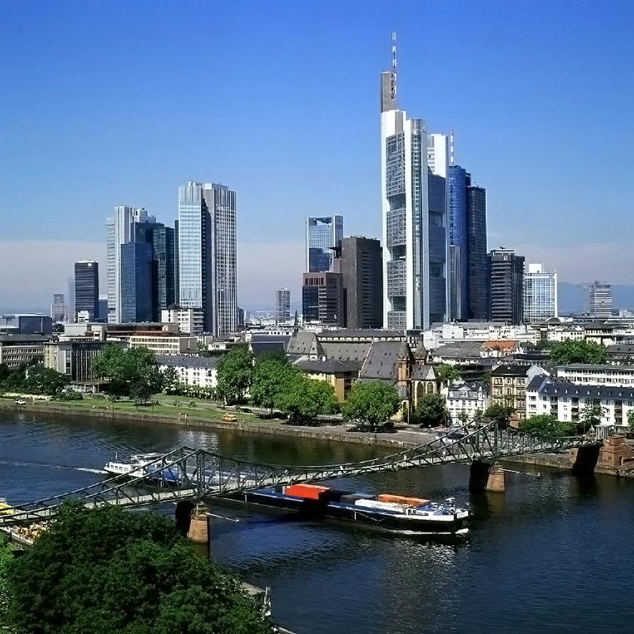 Skyline-Foto; Wolkenkratzer; Skyline Frankfurt; Brücke; Eiserner Steg; Main-Brücke; Schiff; Binnenschifffahrt; Hochhäuser_architektur_foto_frankfurt_skyline_01_klewar-photographie