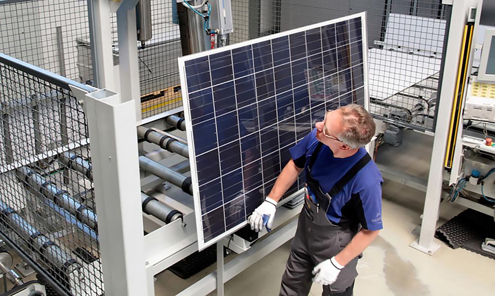 Erneuerbare Energie; Produktion Photovoltaik-Anlagen; Solar-Strom-Anlagen; Produktions-Straße; Photovoltaik-Module; Solar-Zellen; Industrie-Fotograf; Miltenberg;, industrie_foto_frankfurt_solarzelle_klewar-photographie_8217