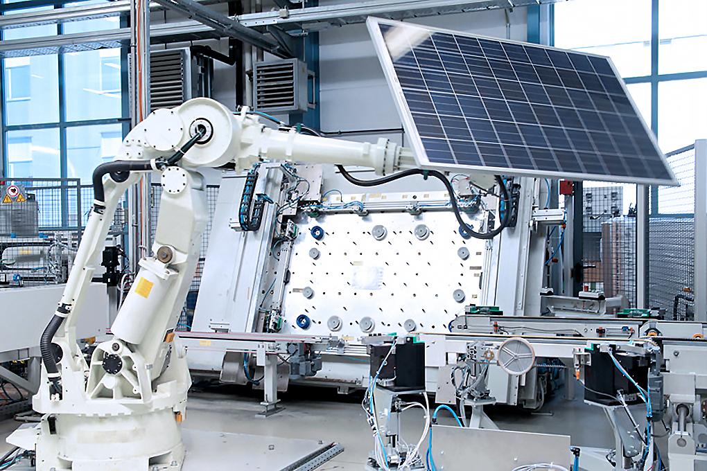 Roboter; Erneuerbare Energie; Produktion Photovoltaik-Anlagen; Solar-Strom-Anlagen; Produktions-Straße; Photovoltaik-Module; Solar-Zellen; Industrie-Fotograf, industrie_foto_frankfurt_solarzelle_klewar-photographie_972