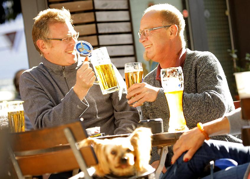 Gäste, Biergarten, Aussengastronomie, Gastronomie, Bier, Freunde, Sommer, Freude, Freunde, portrait_people_gastro_foto_frankfurt_klewar-photographie