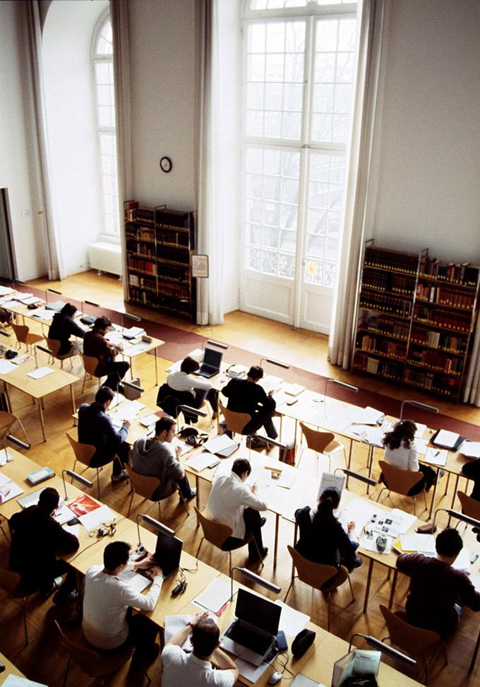 Studentinnen und Studenten in einem Lesesaal der Universitätsbibliothek der Technischen Universität Darmstadt, reportage_foto_darmstadt_studium_beruf_klewar-photographie