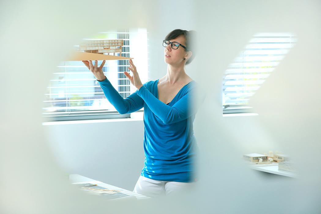 Portrait-Foto, Arbeitssituation mit Marion Daum-Klipstein, Architektin / Architektur-Büro in Bad König, Odenwaldkreis, reportage_foto_frankfurt_architekt*in_klewar-photographie-5796