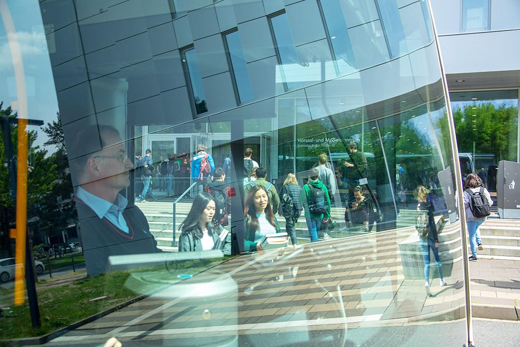 ÖPNV: TUD, Verkehrssituation vor Technischen Universität Darmstadt mit Passanten bzw. Studierenden, reportage_foto_frankfurt_bus-oepnv-01_klewar-photographie-4984