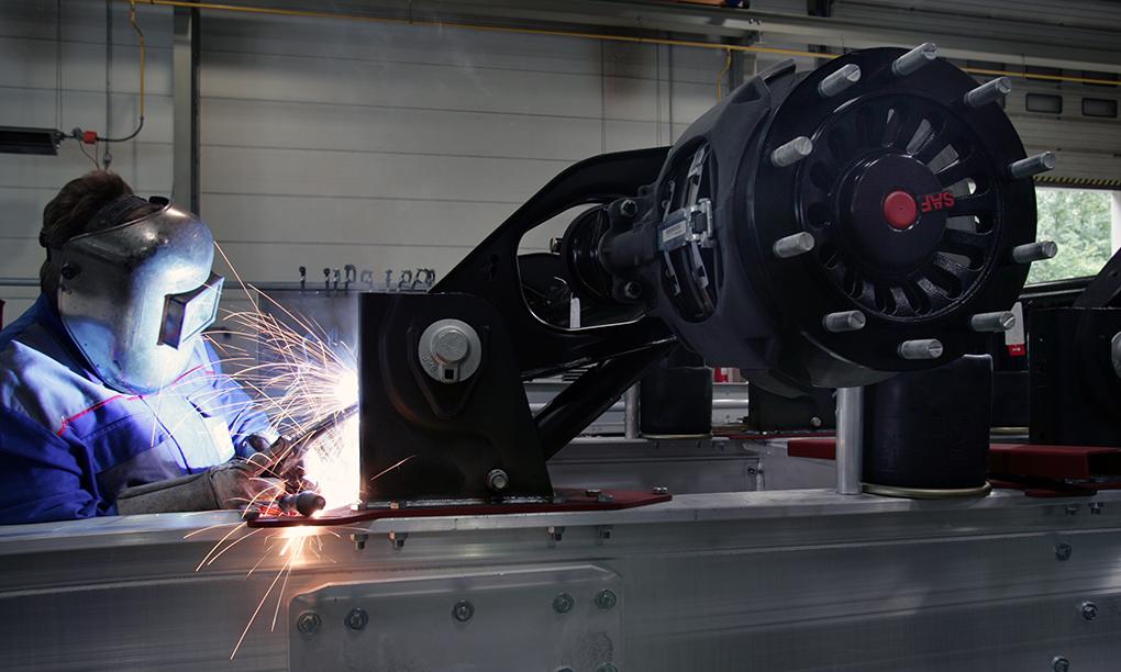 Fahrzeugbau: Monteur bei Schweissarbeiten an einem Fahrwerk, reportage_foto_frankfurt_industrie-fahrzeugbau_klewar-photograph