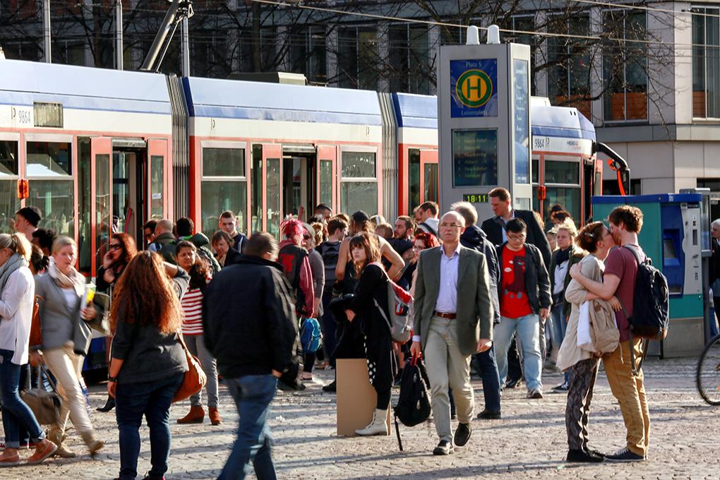 reportage_foto_oepnv-darmstadt_verkehr_strassenbahn_klewar-photographie_frankfurt-6718, Passanten, Fahrgäste, oepnv, Luisenplatz, Darmstadt, Straßenbahn, Bussen, reportage_foto_oepnv-darmstadt_verkehr_strassenbahn_klewar-photo