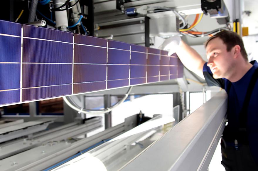 Produktion Photovoltaik-Anlagen: Techniker kontrolliert einen Solarzellen-String. Freiberg 2010. Produktion; Photovoltaik-Anlagen; Solar-Strom-Anlagen; Techniker; Solar-Zellen; vollautomatisiert; Produktions-Straße; Photovoltaik-Module; Solar-Module; Sonnen-Energie; Solarzellen-String, reportage_foto_solar_photovoltaik-klewar-photographie_frankfurt