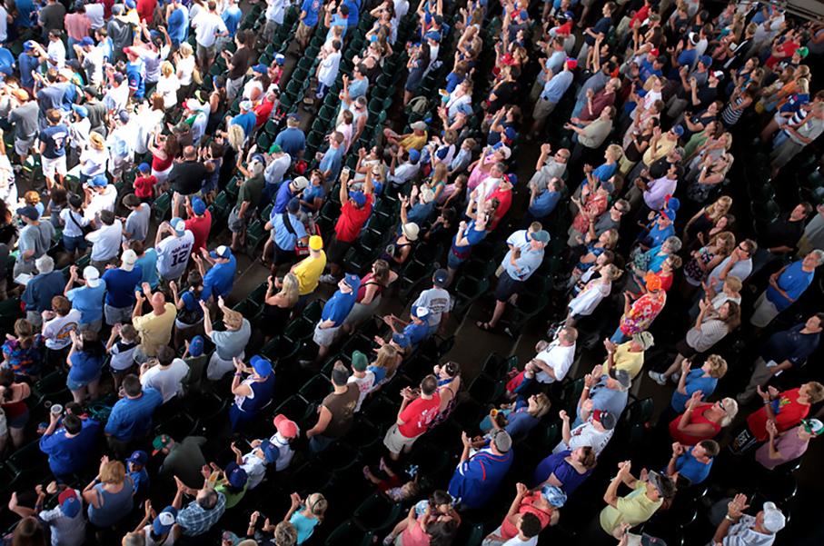 Menschenmenge auf einer Tribüne in einem Baseball-Stadion in Chicago, Reise; USA; Chicago; Baseball Stadion; Zuschauer; Menschen-Menge; Tribüne, reportage_foto_stadion_chicago_klewar-photographie_frankfurt