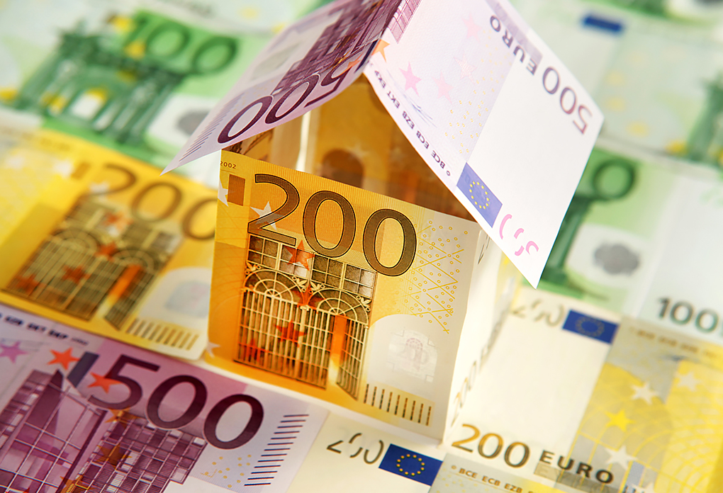 Geld, Haus, Euro, Banknoten, Baukredit, Baudarlehen, Sanierung, Kosten Haus, Wohnbau, Geldscheine, still-life_foto_frankfurt_geld_haus_banknote_klewar-photographie